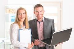 Επιχειρηματίες στο γραφείο στοκ εικόνα με δικαίωμα ελεύθερης χρήσης