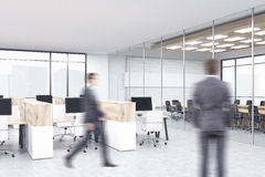 Επιχειρηματίες στο εσωτερικό γραφείων Στοκ Φωτογραφίες