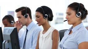 Επιχειρηματίες στο κέντρο κλήσης απόθεμα βίντεο