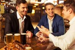 Επιχειρηματίες στο μπαρ στοκ φωτογραφίες