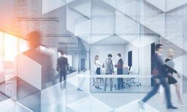Επιχειρηματίες στο σύγχρονο γεωμετρικό σχέδιο γραφείων στοκ φωτογραφία με δικαίωμα ελεύθερης χρήσης
