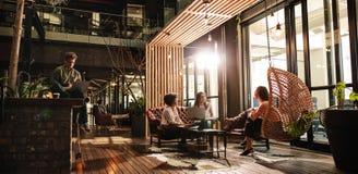 Επιχειρηματίες στο σύγχρονο γραφείο Στοκ φωτογραφία με δικαίωμα ελεύθερης χρήσης