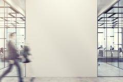 Επιχειρηματίες στο λόμπι γραφείων, τοίχος στοκ φωτογραφίες