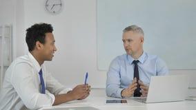 Επιχειρηματίες, συνάδελφοι που διοργανώνουν την επιχειρησιακή συζήτηση στην αρχή απόθεμα βίντεο
