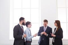 Επιχειρηματίες συνεδρίασης, συζήτηση, συμφωνία, σύμβαση Έννοια ομαδικής εργασίας τρισδιάστατο λευκό γραφείων ζωής εικόνας ανασκόπ Στοκ Εικόνες