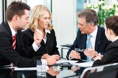 Επιχειρηματίες - συνεδρίαση σε ένα γραφείο Στοκ Εικόνα