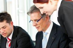 Επιχειρηματίες - συνεδρίαση των ομάδων σε ένα γραφείο Στοκ Εικόνα