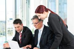 Επιχειρηματίες - συνεδρίαση των ομάδων σε ένα γραφείο Στοκ Φωτογραφίες