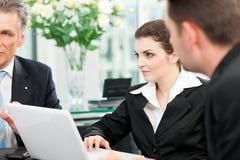 Επιχειρηματίες - συνεδρίαση των ομάδων σε ένα γραφείο Στοκ Φωτογραφία