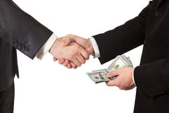 Επιχειρηματίες χειραψιών με τα χρήματα διαθέσιμα Στοκ Εικόνα