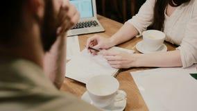 Επιχειρηματίες χεριών κινηματογραφήσεων σε πρώτο πλάνο που συναντιούνται στον καφέ φιλμ μικρού μήκους