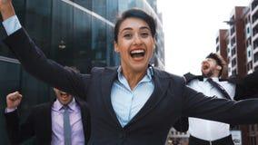 Επιχειρηματίες exult και άλμα με την ευτυχία απόθεμα βίντεο