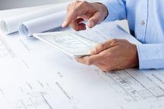 Επιχειρηματικά σχέδια ταμπλετών αρχιτεκτόνων στοκ εικόνα με δικαίωμα ελεύθερης χρήσης