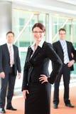 Επιχειρηματική μονάδα του businesspeople στην αρχή Στοκ Φωτογραφίες