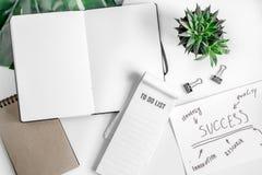 Επιχειρηματικό σχέδιο με το διάγραμμα hand-drawn στο άσπρο πρότυπο άποψης επιτραπέζιου υποβάθρου τοπ Στοκ Εικόνες