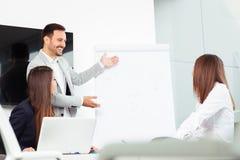 Επιχειρηματικό σχέδιο που εξηγείται στο flipchart από το CEO στους υπαλλήλους Στοκ Εικόνες