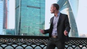 Επιχειρηματιών ελεύθερη κολύμβηση χορευτών οδών χορού τρελλή ευτυχής φοβιτσιάρης καυκάσια στην πόλη απόθεμα βίντεο
