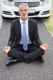 Επιχειρηματιών μετά από το αυτοκίνητό του που αναλύει Στοκ εικόνες με δικαίωμα ελεύθερης χρήσης
