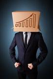 Επιχειρηματιών με ένα κουτί από χαρτόνι στο κεφάλι του με το diag στοκ εικόνα