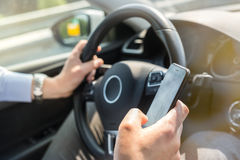 Επιχειρηματιών στο κινητό τηλέφωνό του οδηγώντας Στοκ φωτογραφία με δικαίωμα ελεύθερης χρήσης