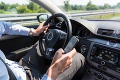 Επιχειρηματιών στο κινητό τηλέφωνό του οδηγώντας Στοκ Εικόνα