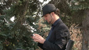 Επιχειρηματιών στο smartphone οθονών επαφής στο πάρκο φιλμ μικρού μήκους