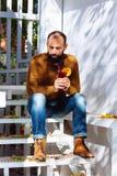 Επιχειρηματιών φθινοπώρου αρσενικό brunette γενειάδων γυαλιού λαβής καφέδων γραφείων σπιτιών γενναίο γενειοφόρο λευκό σκαλοπατιών στοκ εικόνα