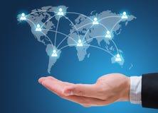 Επιχειρηματιών χεριών εκμετάλλευσης ανθρώπων δίκτυο που απομονώνεται κοινωνικό στο μπλε Στοκ Φωτογραφίες