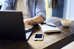 Επιχειρησιακά άτομα στην μπλε σύνδεση πουκάμισων σε Διαδίκτυο το διάστημα και το lap-top Στοκ Εικόνες