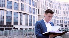 Επιχειρησιακά έγγραφα ανάγνωσης επιχειρηματιών απόθεμα βίντεο