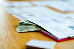 Επιχειρησιακά έγγραφα, οικονομικές γραφικές παραστάσεις, και γραφικές παραστάσεις στην εργασία des στοκ εικόνες