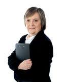 επιχειρησιακά έγγραφα που κρατούν τη σημαντική γυναίκα Στοκ φωτογραφία με δικαίωμα ελεύθερης χρήσης