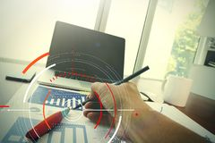 Επιχειρησιακά έγγραφα σχετικά με τον πίνακα γραφείων με το έξυπνο τηλέφωνο και ψηφιακός Στοκ Φωτογραφία