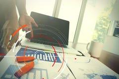 Επιχειρησιακά έγγραφα σχετικά με τον πίνακα γραφείων με το έξυπνο τηλέφωνο και ψηφιακός Στοκ Εικόνες