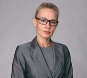 επιχειρησιακά γυαλιά που χαμογελούν φορώντας τη γυναίκα στοκ εικόνες με δικαίωμα ελεύθερης χρήσης