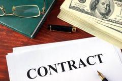 Επιχειρησιακά σύμβαση και χρήματα Στοκ φωτογραφία με δικαίωμα ελεύθερης χρήσης