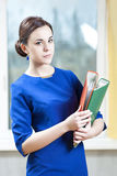 Επιχειρησιακές έννοιες και ιδέες Πορτρέτο της θετικής καυκάσιας γυναίκας Brunette Στοκ εικόνες με δικαίωμα ελεύθερης χρήσης