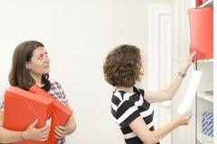 Επιχειρησιακές γυναίκες που κάνουν τη γραφική εργασία στοκ εικόνες