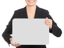 Επιχειρησιακές γυναίκες που κρατούν το λευκό πίνακα Στοκ Εικόνα