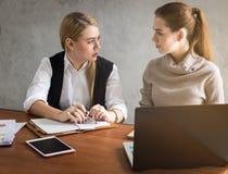 Επιχειρησιακές γυναίκες που μιλούν την εργασία Στοκ εικόνες με δικαίωμα ελεύθερης χρήσης