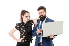 Επιχειρησιακές διαβουλεύσεις Πεπειραμένος οικονομικός εμπειρογνώμονας με το lap-top Επιχείρηση διαβούλευσης ανδρών και γυναικών B στοκ φωτογραφίες