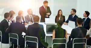 Επιχειρησιακές διαπραγματεύσεις στη διάσκεψη στρογγυλής τραπέζης Στοκ φωτογραφία με δικαίωμα ελεύθερης χρήσης