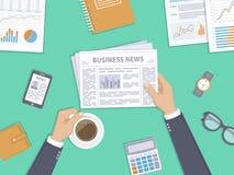 Επιχειρησιακές ειδήσεις Επιχειρηματίας που κρατά ένα φλυτζάνι εφημερίδων και καφέ στον υπολογιστή γραφείου Το διάλειμμα, προγευμα Στοκ Φωτογραφίες