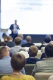Επιχειρησιακές ιδέες και έννοιες Άνθρωποι στην επιχειρησιακή διάσκεψη που ακούει τον ομιλητή που στέκεται μπροστά από έναν μεγάλο Στοκ Φωτογραφίες