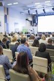 Επιχειρησιακές ιδέες και έννοιες Άνθρωποι στην επιχειρησιακή διάσκεψη που ακούει τον ομιλητή Στοκ εικόνα με δικαίωμα ελεύθερης χρήσης