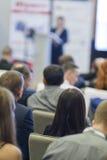 Επιχειρησιακές ιδέες και έννοιες Άνθρωποι στην επιχειρησιακή διάσκεψη που ακούει τον οικοδεσπότη μπροστά από το στάδιο Στοκ Εικόνα