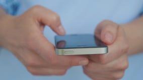 επιχειρησιακές νέες τεχνολογίες Το κορίτσι κάνει on-line να ψωνίσει Επικοινωνήστε με τους φίλους χρησιμοποιώντας το smartphone σα φιλμ μικρού μήκους