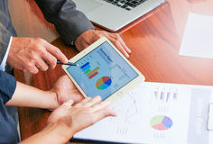 Επιχειρησιακές συνεδριάσεις, έγγραφα, ανάλυση πωλήσεων, αποτελέσματα ανάλυσης Στοκ Φωτογραφία