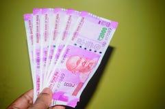 Επιχειρησιακή άνδρας ή γυναίκα που κρατά ή που πληρώνει ή που δίνει το 2000 σημείωση ρουπίων νομίσματος εγγράφου δύο χιλιάδων ινδ στοκ φωτογραφία με δικαίωμα ελεύθερης χρήσης
