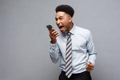Επιχειρησιακή έννοια - αγχωτικός επιχειρηματίας αφροαμερικάνων που φωνάζει και που κραυγάζει στο κινητό τηλέφωνο Στοκ φωτογραφία με δικαίωμα ελεύθερης χρήσης